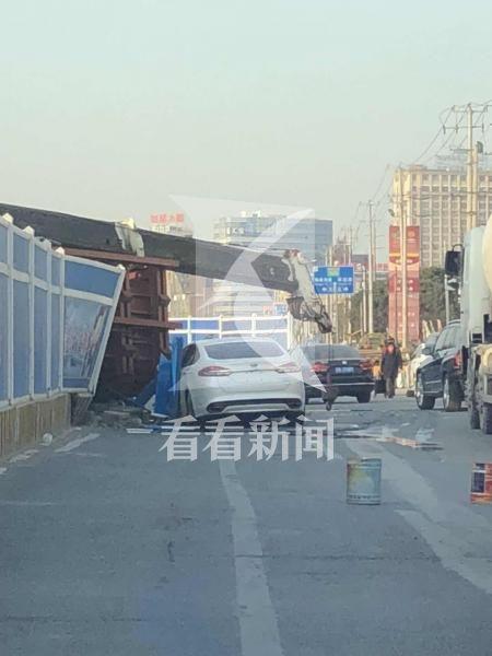 工地吊车倒塌压塌脚手架2工人死亡 一辆途经轿车被砸坏