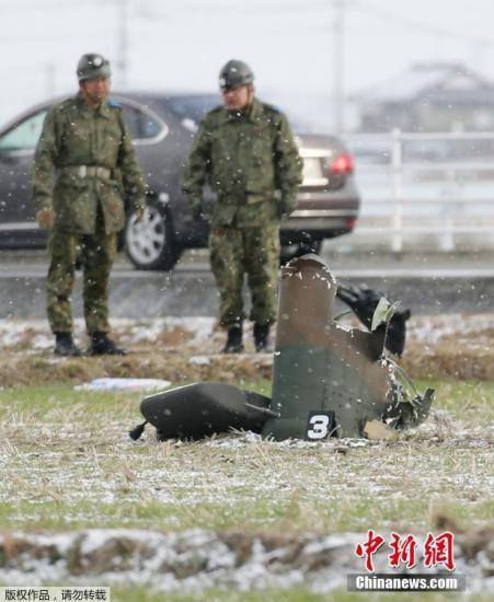 坠毁的陆上自卫队直升机散落在地面上的残骸。