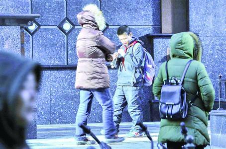 寒潮天气下有学生穿着单薄的校服上学 /晨报记者 陈征