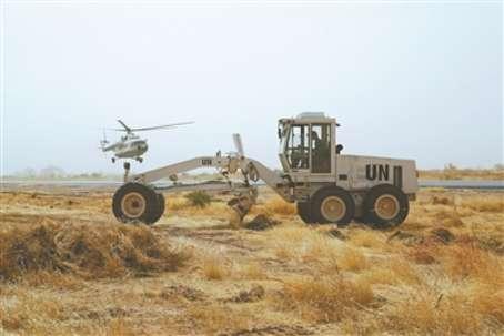 中国第13批赴苏丹达尔富尔维和工兵分队抢修尼亚拉机场。 周彦峰摄