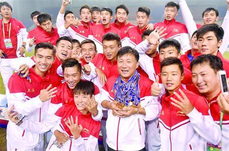 作为主教练,成耀东连续两届率领上海队夺得全运会U20男足冠军。/晨报记者 顾力华