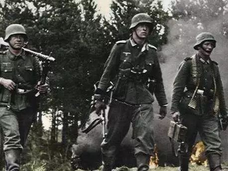 虽然纳粹德军有很多种军服,不同地区和军种的德军制服差异极大,但