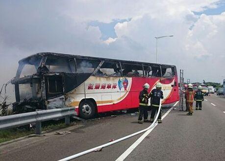 ▲资料图片:2016年7月19日,载有陆客团的游览车在高速公路撞上护栏起火,造成26人遇难,包括24名大陆游客。