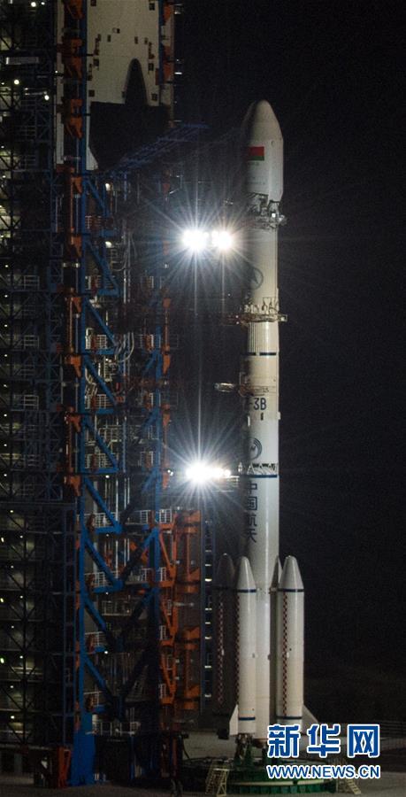 1月16日,搭载白俄罗斯通信卫星一号的长征三号乙运载火箭静静地矗立在发射塔架旁,等待发射升空。 1月16日凌晨,白俄罗斯通信卫星一号在西昌卫星发射中心发射成功。中国航天科技集团公司相关负责人表示,这既是中国卫星整星出口首次打开欧洲市场,同时也吹响了中国航天加速开拓国际市场的号角。近年来,许多国家和跨国企业都在加快发展航天技术。在越来越激烈的市场竞争中,中国航天凭借过硬技术和实力不断增加市场份额。 新华社记者刘潺 摄