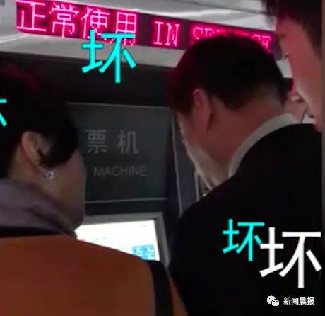 【爆笑】大妈在地铁对着购票机大喊:吾要去东方明珠贼!网友怒赞