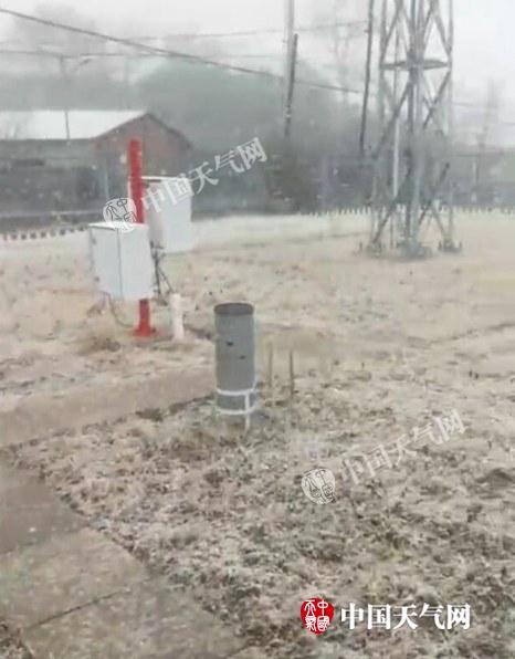 7日下午2点左右,门头沟斋堂飘雪。(来源:@气象北京视频截图)