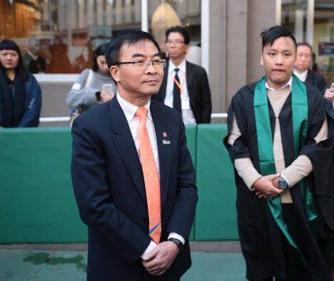 ▲港专校长陈卓禧于典礼后与学生对话