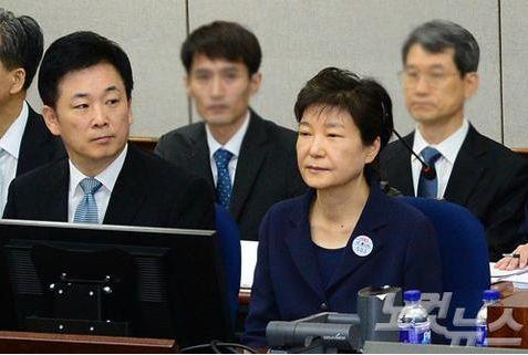 ▲亲信干政案,柳荣夏为朴槿惠辩护。