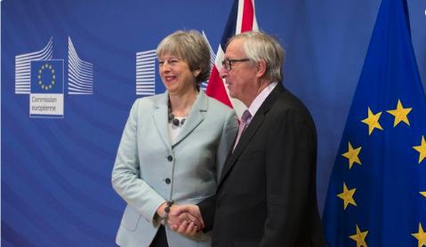 英国首相特雷莎·梅与欧盟委员会主席容克。(资料图)