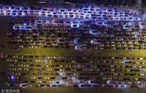 ▲滞留在海口的汽车。 图/视觉中国