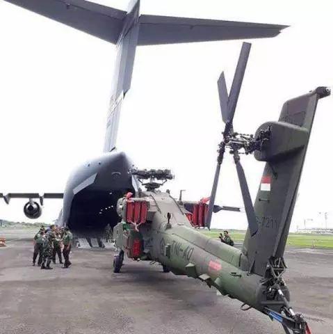 """▲2017年12月,印尼购置的""""阿帕奇""""直升机由运输机运抵印尼。"""