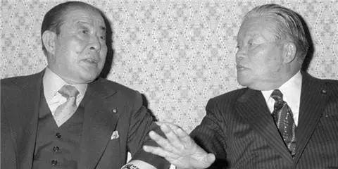美国前国务卿万斯(左)、日本前外相园田直(右)(来源:日本共同网)