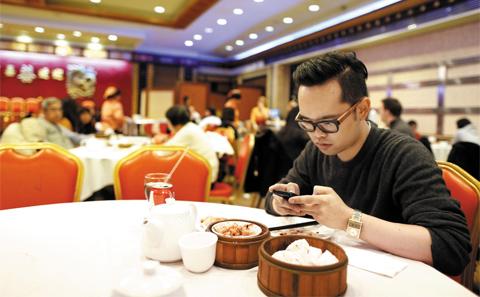 中国某餐厅独自就餐的客人。(韩国《朝鲜日报》网站)
