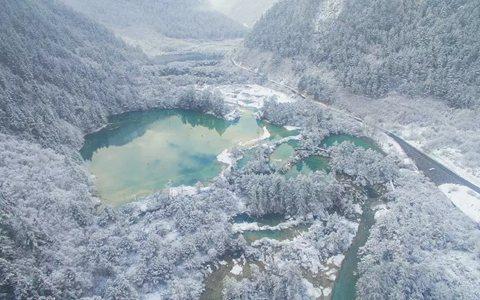 ▲俯瞰春雪下的九寨沟景区树正群海(3月8日无人机拍摄)。 图片来源:新华社