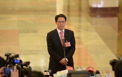 """港澳办主任张晓明在""""部长通道""""上回答记者提问。新京报记者 侯少卿 摄"""