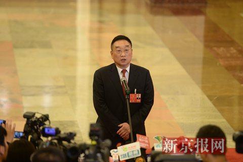 """水利部部长陈雷在""""部长通道""""上回答记者提问。新京报记者 侯少卿 摄"""