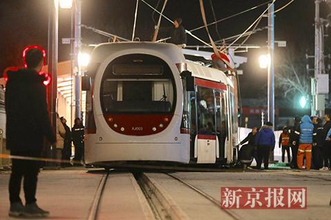 北京有轨电车西郊线运营车辆故障:吊车已就位,众人齐力推车