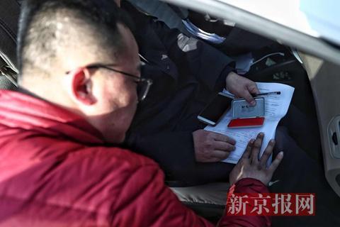 涉事作坊老板的儿子在查封通知书上签字画押;
