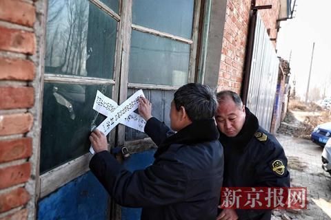 执法人员依法查封制肉黑作坊。新京报记者 彭子洋 摄