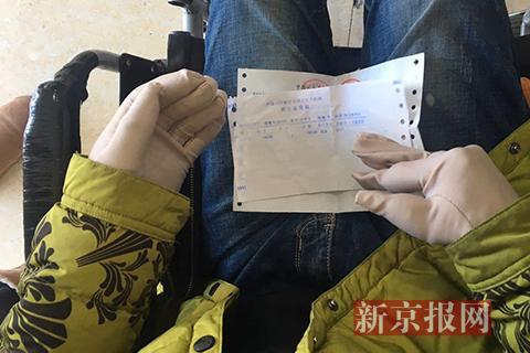 宋学文手指部分被截肢长年带着手套。新京报记者 王飞 摄