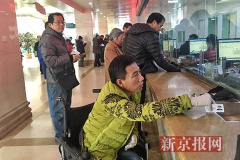 宋学文在医院窗口缴费。新京报记者 王飞 摄