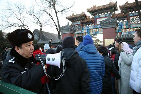 警察在雍和宫前执勤。警方供图