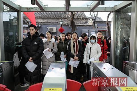 考生们在校门外等候进场。