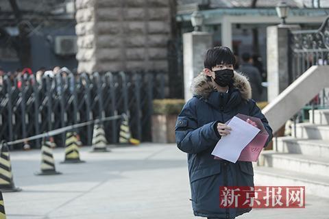 TFBOYS成员易烊千玺进入考场。本组图片摄影:新京报记者彭子洋