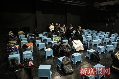 考生们进入学校后,排队准备进入考场,在候场时聊天、复习。