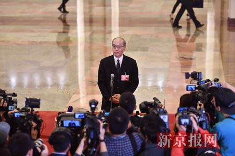 """司法部部长张军在""""部长通道""""上答复记者发问。新京报记者 陶冉 摄"""