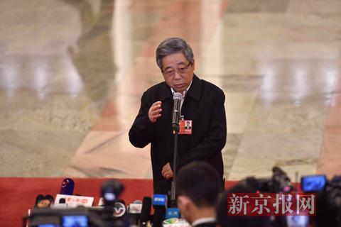 """全国""""两会""""首场部长通道在人民大会堂北大厅开启,教育部部长陈宝生回答记者提问。新京报记者 陶冉 摄"""