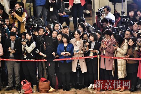 新京报记者向政协委员提问。新京报记者 陶冉 摄