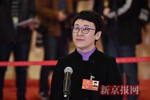 全国政协委员、住房与城乡建设部副部长黄艳回答记者提问。新京报记者 陶冉 摄