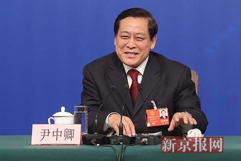 十二届全国人大财经委副主任委员尹中卿回答记者提问。新京报记者 侯少卿 摄