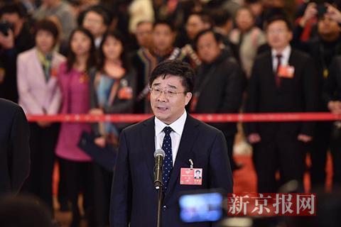 全国政协委员、中国人民大学校长刘伟回答记者提问。新京报记者 陶冉 摄