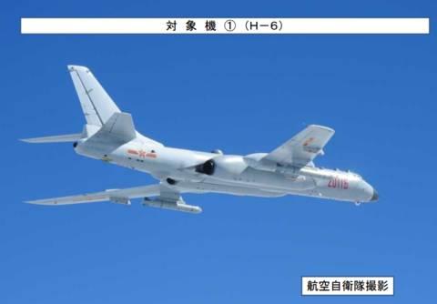 """解放军战机""""绕台湾岛巡航""""例行常态化训练时,日本军机竟强行加"""