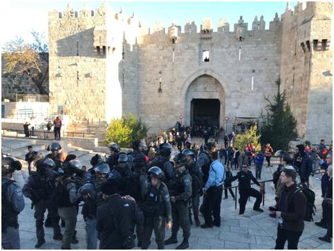 12月8日,以色列军警防范穆斯林在主麻日祷告活动后聚集示威。纪双城摄