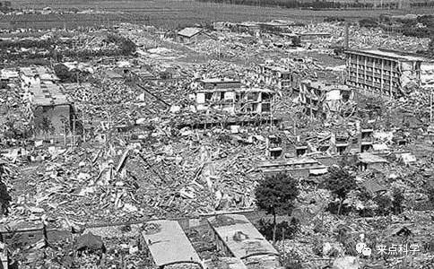 1976年7月28日,中国河北省唐山丰南一带发生了强度里氏7.8级地震,地震造成242769人死亡,16.4万人重伤(1978年11月17日至22日),死亡人数仅次于海原地震。(图片来源于网络)