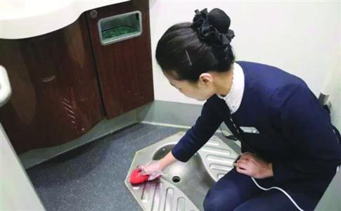 地铁工作人员正在擦站内厕所 /上海地铁供图