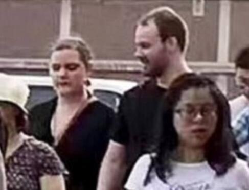 嫌犯渴攀里斯滕森与女友加入章莹颖的安全祷告会(图源:《逐日邮报》)