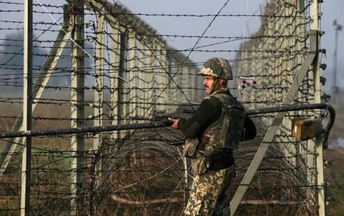 27日,印度军队在克什米尔地区与巴基斯坦军队再交火。(图源:新德里电视台)