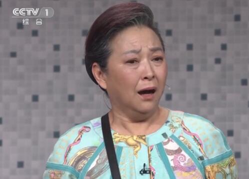 身兼《回家》小品导演及演员的台湾艺人方芳。(图片来源:视频截图,下同)