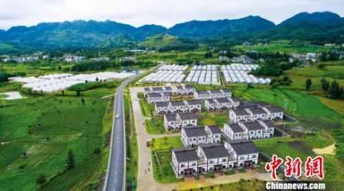 资料图:毕节市大方县六龙镇农村公路,带动新农村及产业园发展。 张祥兵 摄