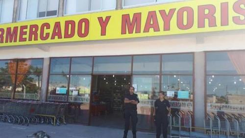 巡逻人员在华人超市门口值守。(图片来源:阿根廷华人网)