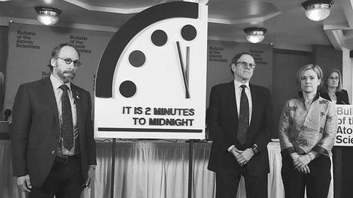 """""""末日时钟""""被拨至历史最高风险水平。图片来源:Thom Wolf《/ 原子科学家公报》"""