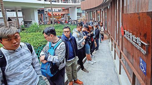 """香港市民到荃湾捐血站轮候登记捐血。图片来源:香港""""大公报"""""""