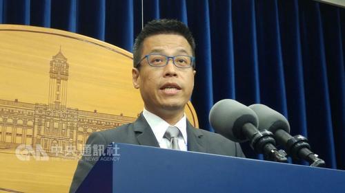 """黄重谚就人事变动进行说明。图片来源:台湾""""中央社""""。"""