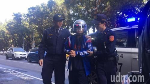 """张姓嫌犯被逮捕。图片来源:台湾""""联合新闻网"""""""