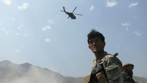 资料图片:2013年9月2日,在阿富汗楠格哈尔一处美军基地,一架直升机从空中飞过。新华社发