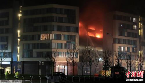 英国利物浦立体停车场发生火灾 千余辆车烧成废铁